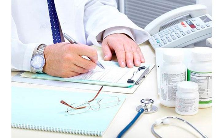Доктор индивидуально назначает препараты пациенту