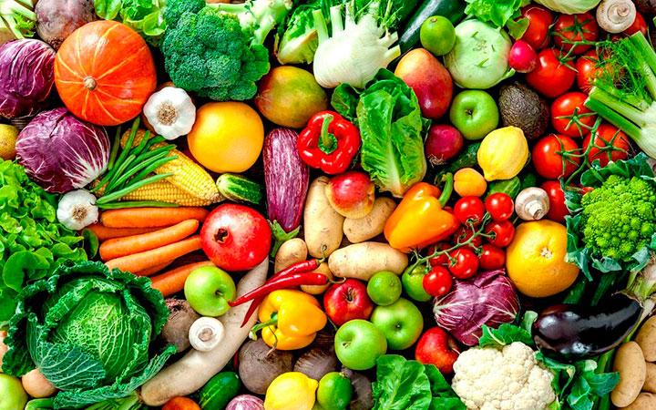 При повышенном холестерине овощи и фрукты разрешены все