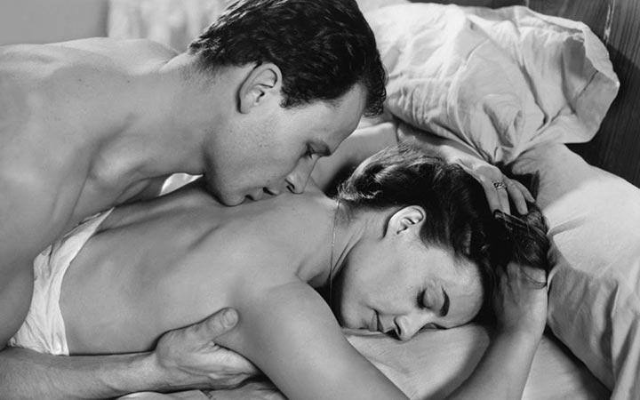 Как возбуждать девушку в кровати