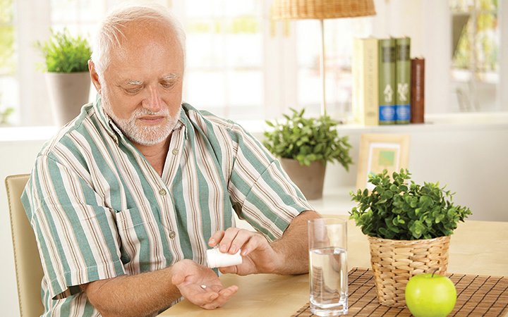 Мужчина принимает витамины