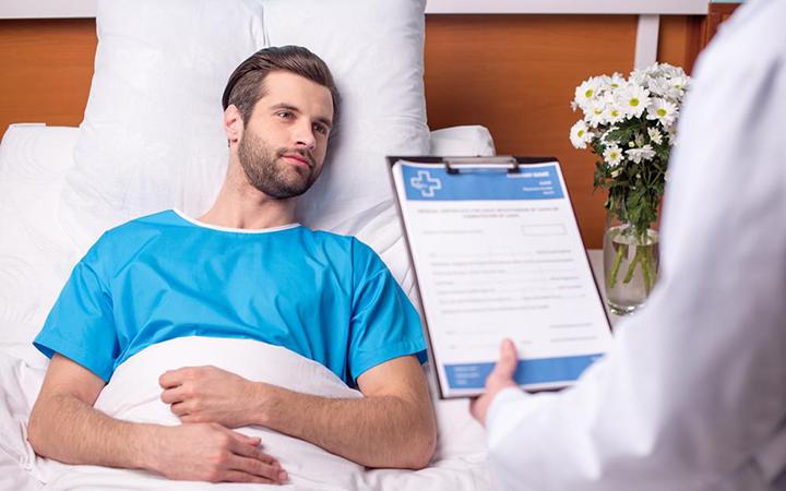 Мужчина после операции варикоцеле