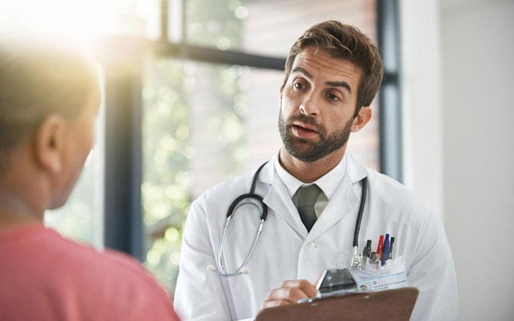 Диагностирует проблему уролог, хирург или андролог