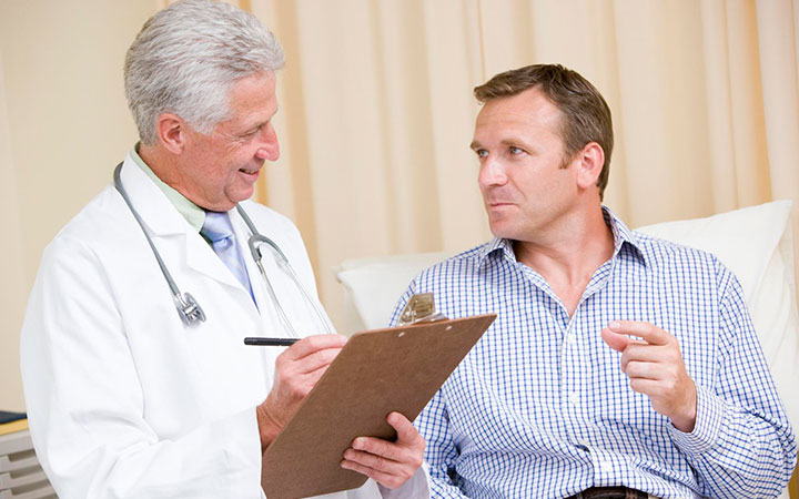 Мужчина на приеме у доктора