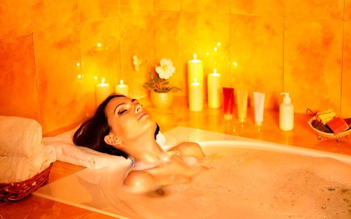 Девушка принимает ванну с эфирными маслами