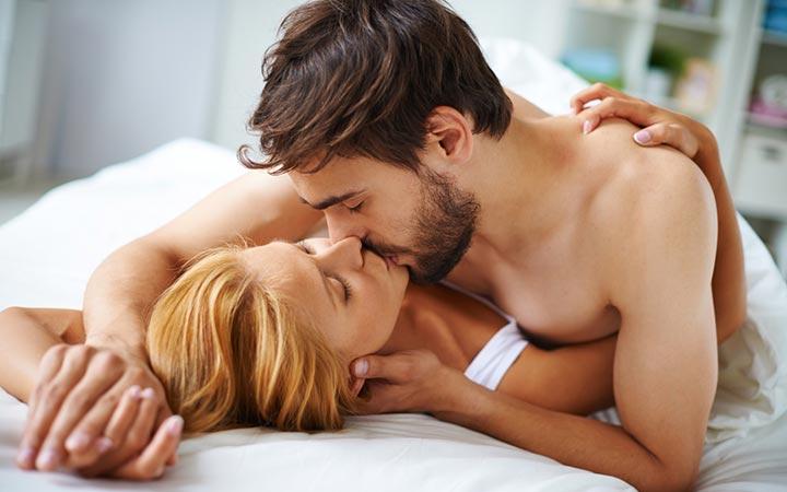Как возбудить любимую девушку в постели руками и поцелуями
