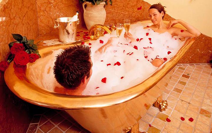 Молодая пара принимает ванну