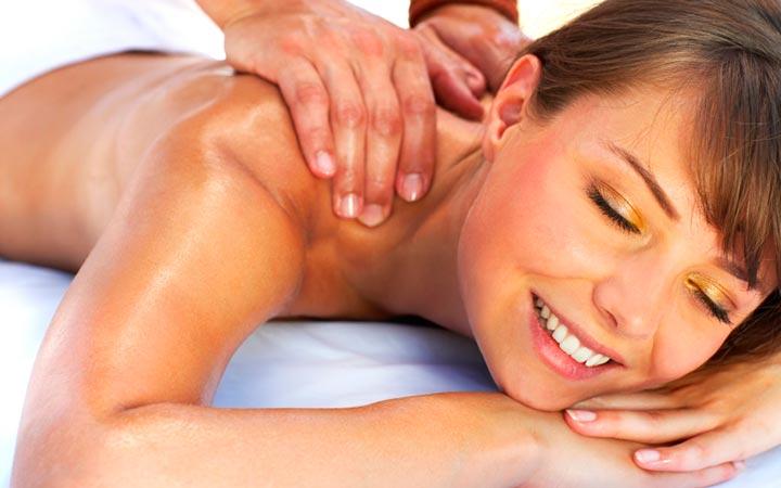 Мужчина делает женщине возбуждающий массаж
