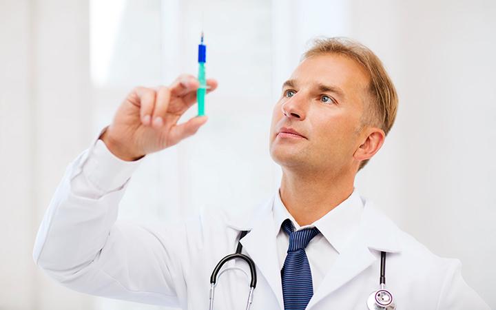 Доктор со шприцем