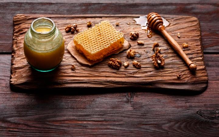 Мед с грецкими орехами для мужчин: как принимать и польза